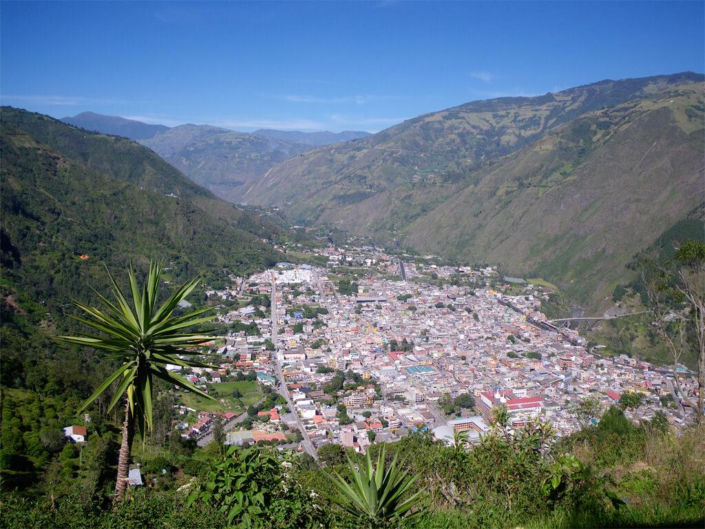 Ville de Baños de Agua Santa en Équateur, près du volcan Tungurahua