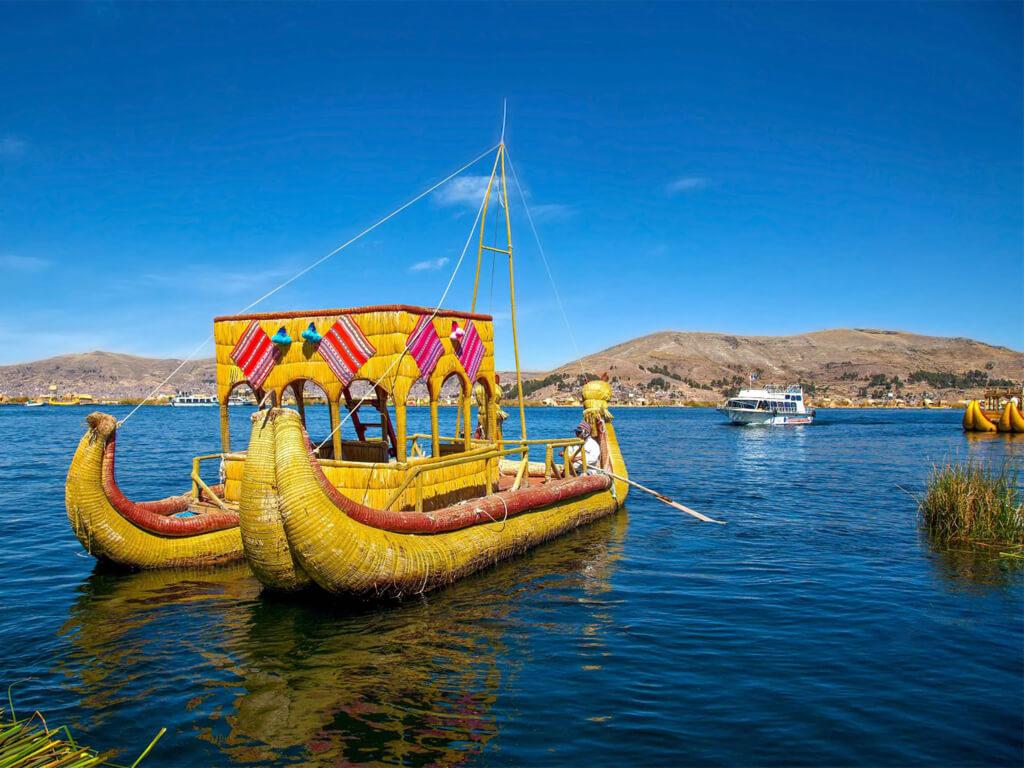 Bateaux typiques des îles Uros au Pérou