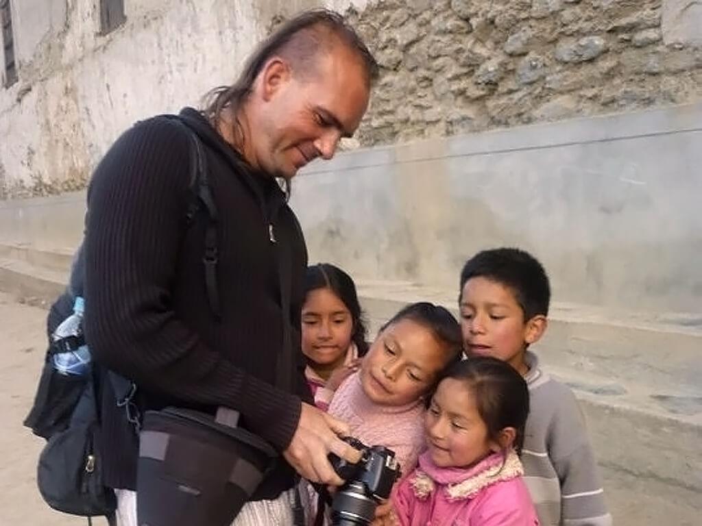 Boris montre les photos aux enfants de l'Altiplano