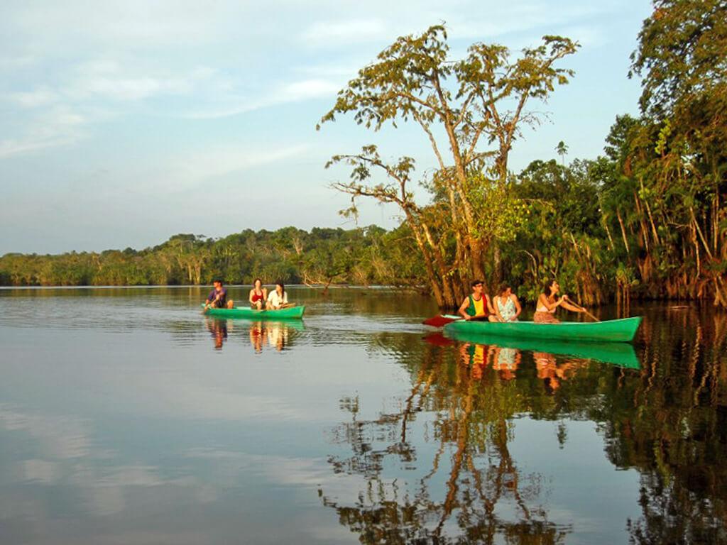 Canoë sur la Laguna Grande à Cuyabeno