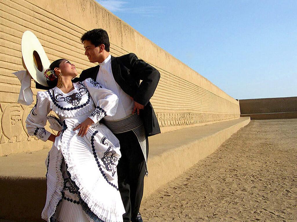 Couple de danseurs traditionnels La Marinera à Trujillo au Pérou