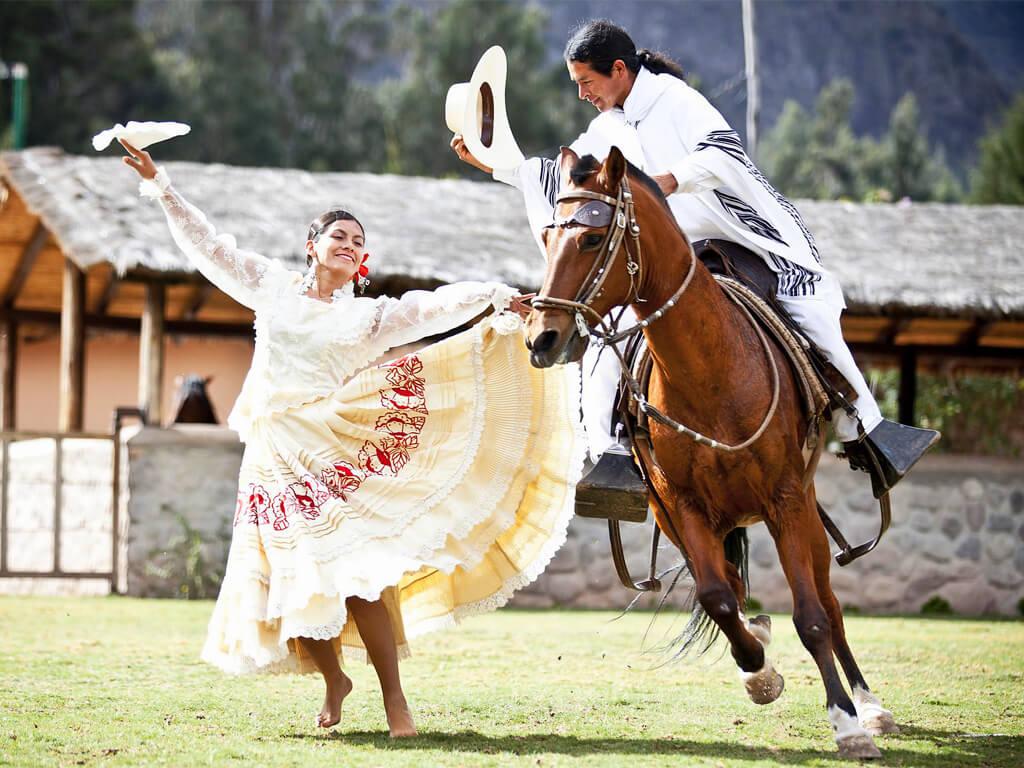 Danse de La Marinera sur cheval de Paso au Pérou