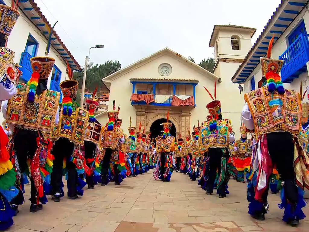 Défilé pendant le festival de Paucartambo au Pérou