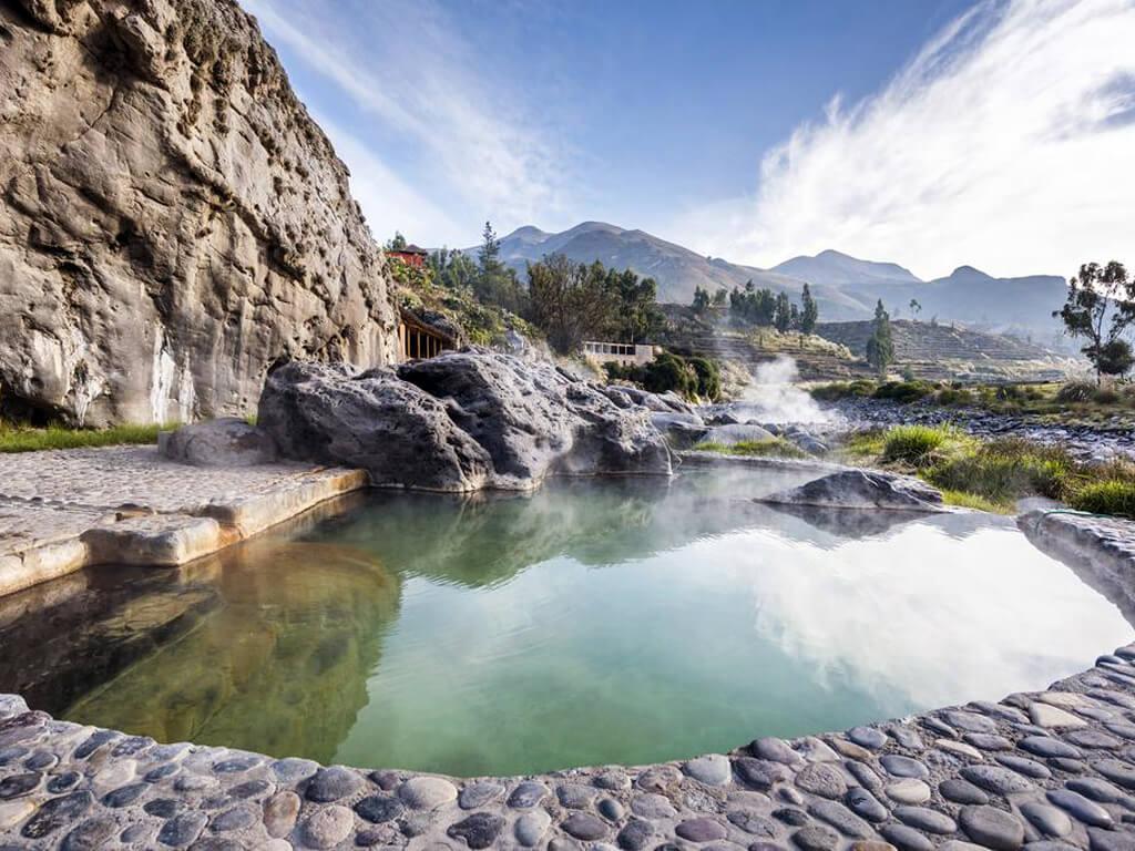 Piscines d'eaux thermales dans le Canyon de Colca au Pérou