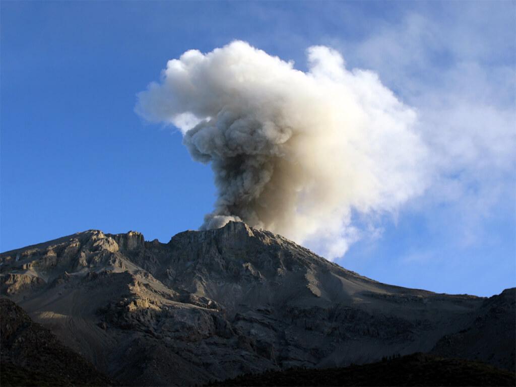 Éruption du volcan Ubinas au Pérou