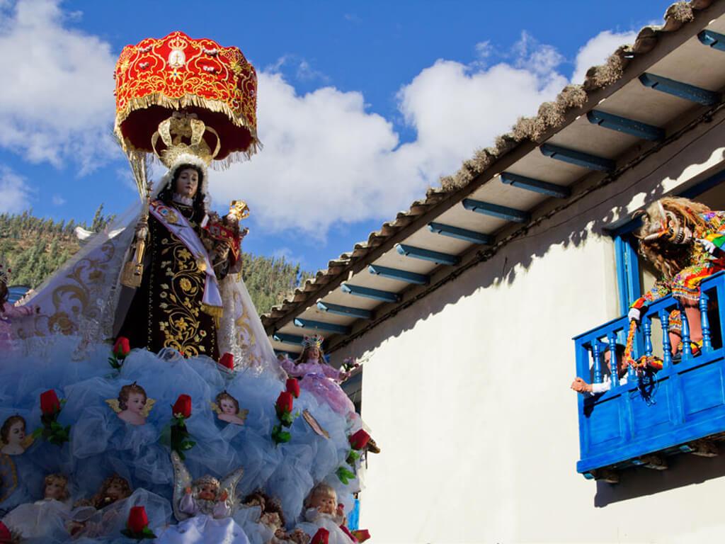 Hommage à la Virgen del Carmen pendant le festival de Paucartambo au Pérou