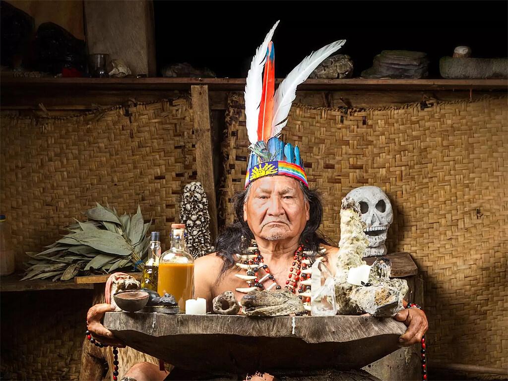 Le chaman prépare la cérémonie Ayahuasca en Équateur