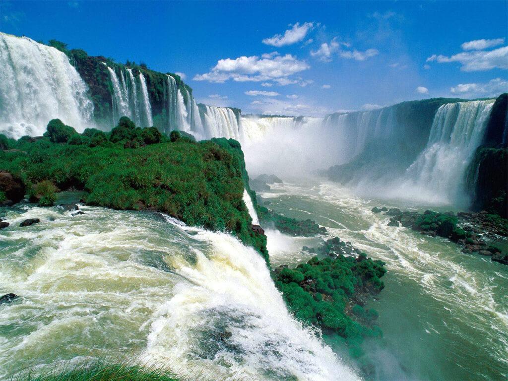 Les Chutes d'Iguazú est une autre merveille que se partagent l'Argentine et le Brésil