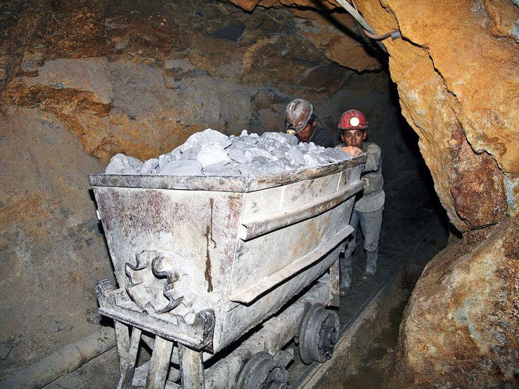 Mineurs sortant un wagon des mines d'argent de Potosí