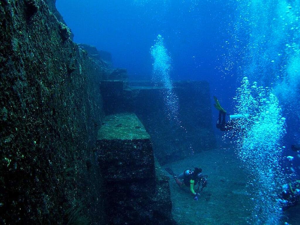 Ruines englouties derrière la péninsule de Sillustani