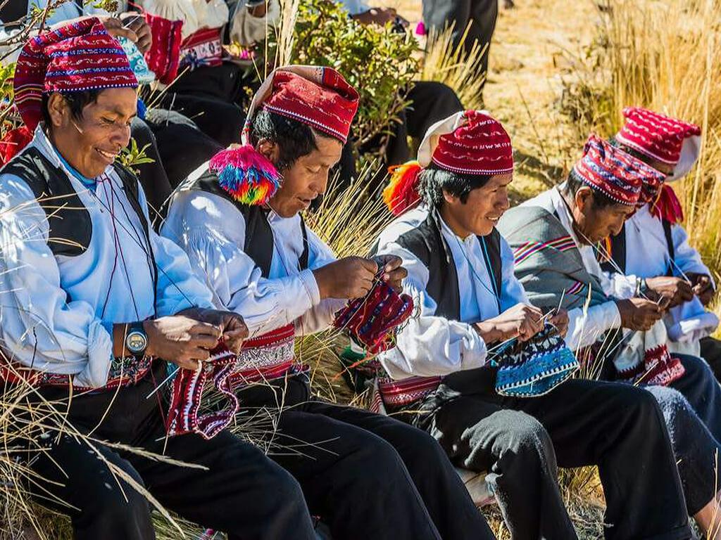Tisserands de Taquile tricotent le bonnet traditionnel
