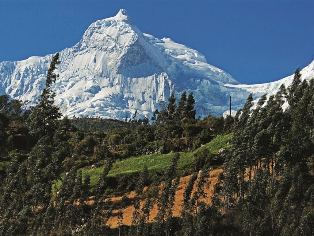 Vue sur la montagne Huascarán dans la Cordillère Blanche au Pérou