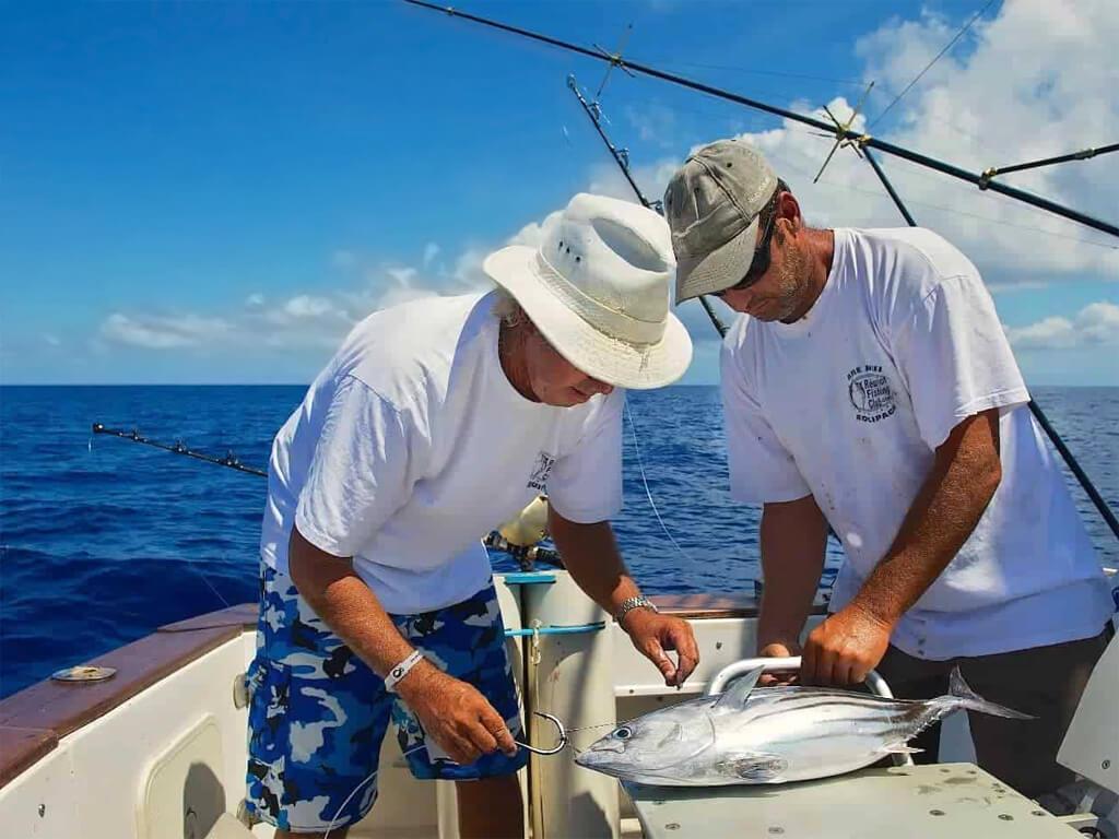 Pêche à la ligne dans les eaux du Pacifique au Pérou