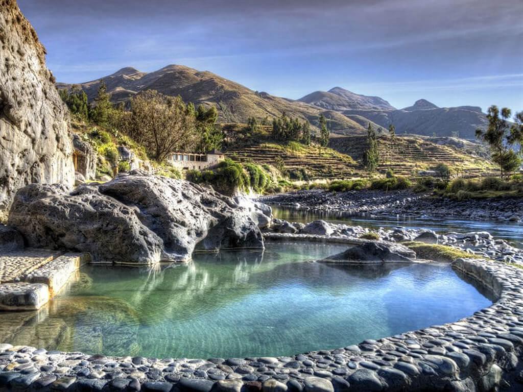 Piscines avec vue sur la vallée dans le Canyon de Colca au Pérou