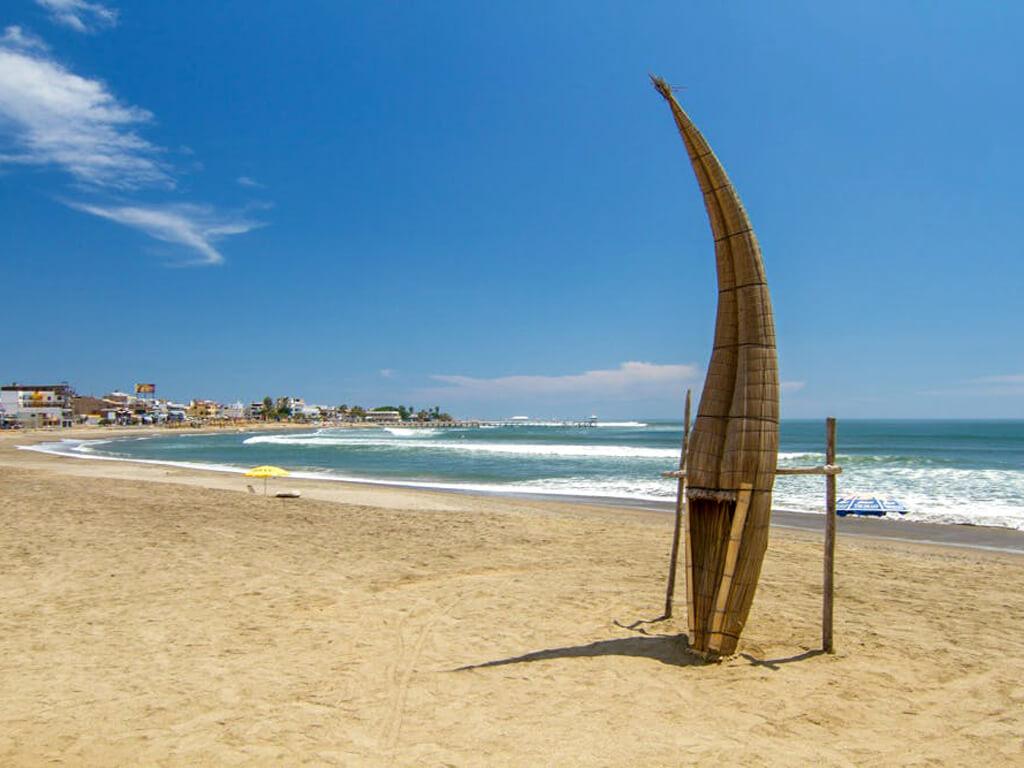 Détente sur la plage de Huanchaco au Pérou
