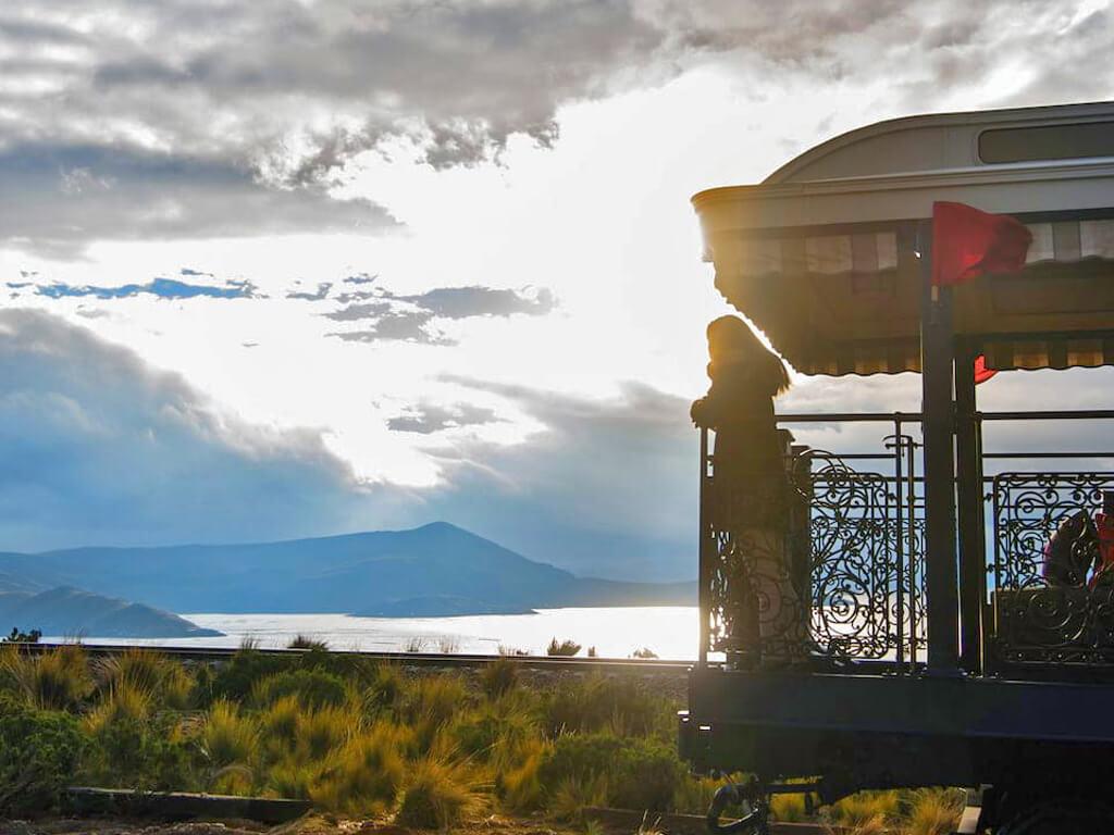 Sur la plate-forme pour observer les paysages à l'air libre depuis le train