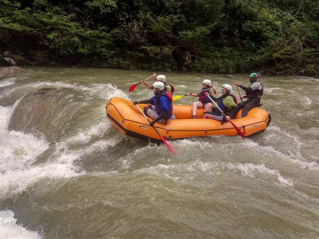 Descente des rapides de la rivière Jondochi et Hollin à Tena en Équateur