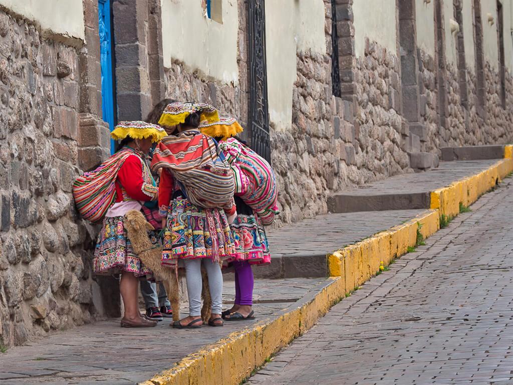 Des Aymaras en conversation dans une rue de Cuzco