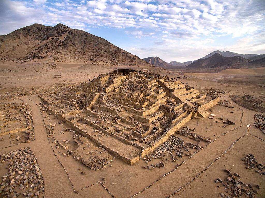 Ruines de pyramides à Caral-Supe au Pérou