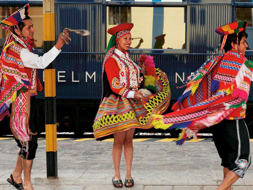 Danse traditionnelle sur les quais de la gare à Puno au Pérou