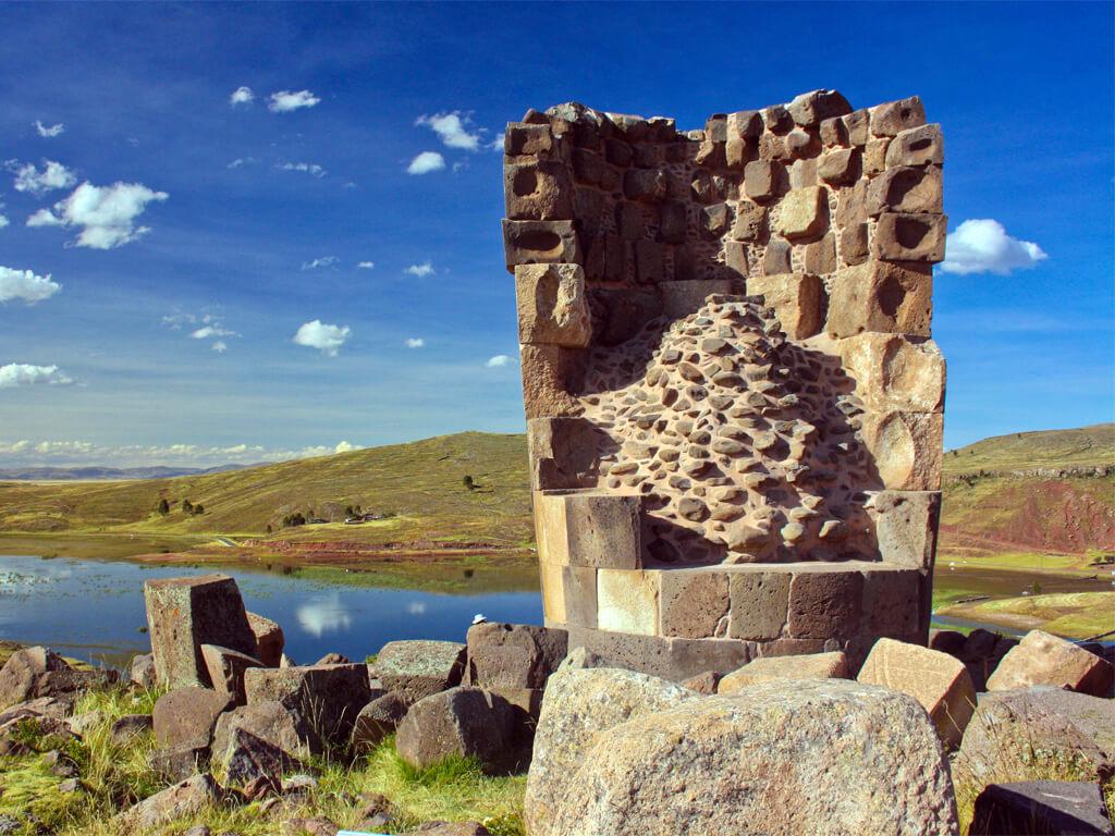 Tombes Chullpas à Sillustani au Pérou