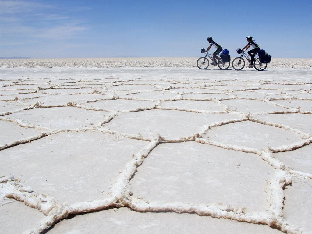 Faire du vélo sur le Salar d'Uyuni en Bolivie