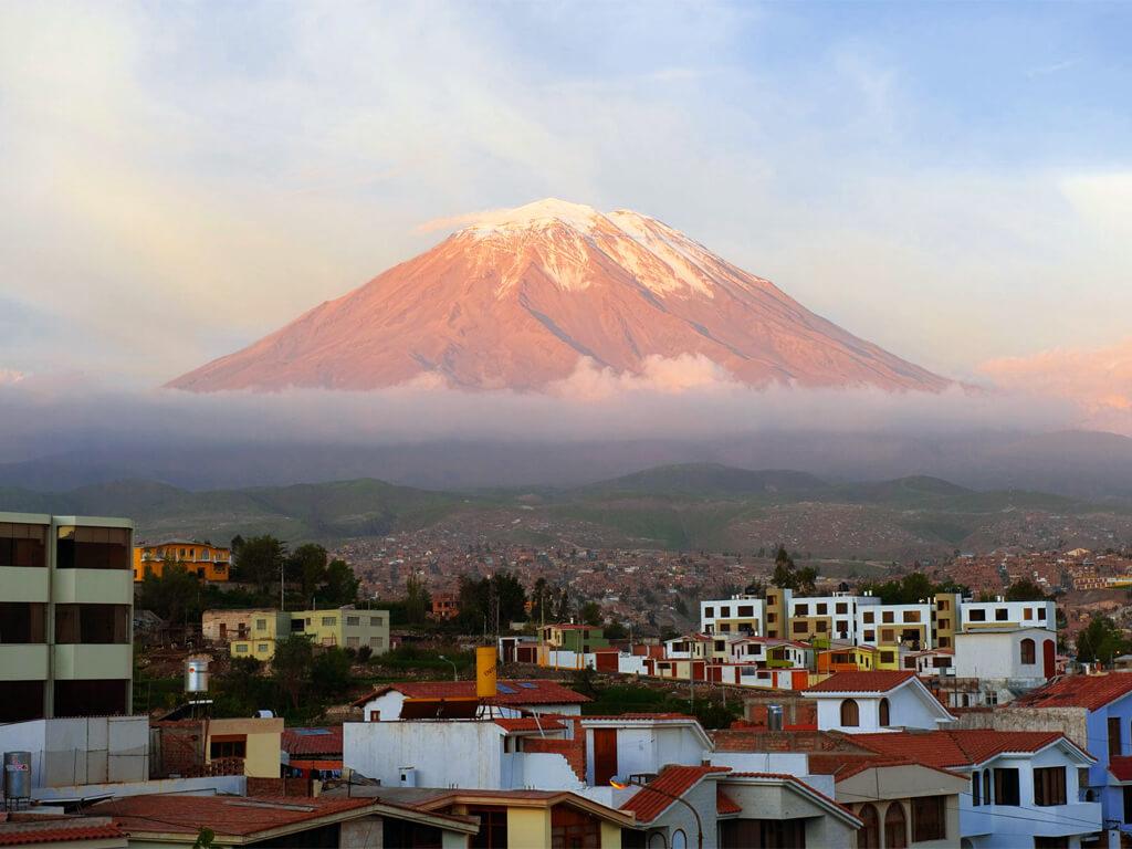 Le volcan Miste depuis Arequipa au Pérou