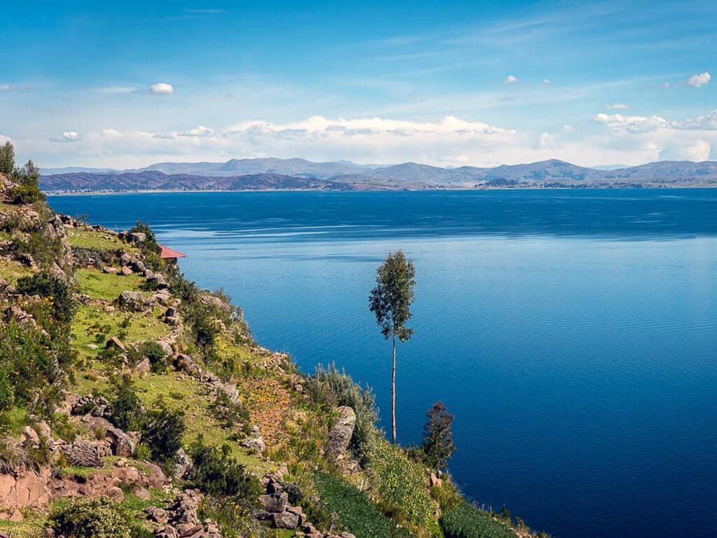 Vue sur le lac Titicaca à vélo au Pérou