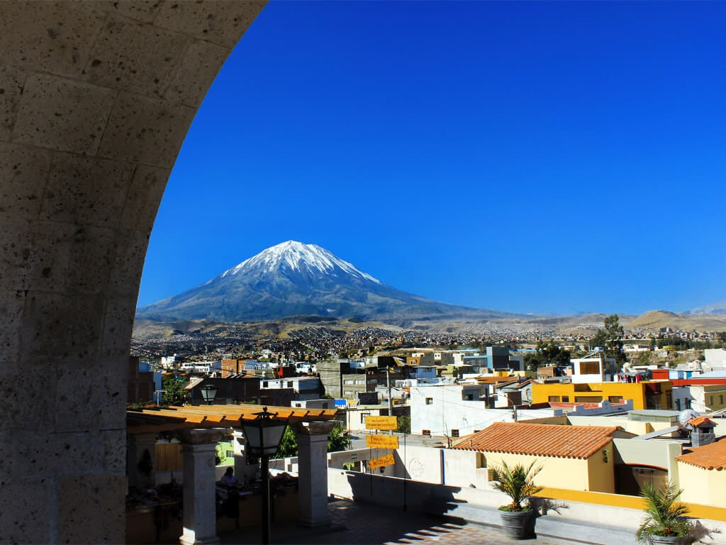 Vue sur le volcan Miste depuis El Mirador de Yanahura à Arequipa