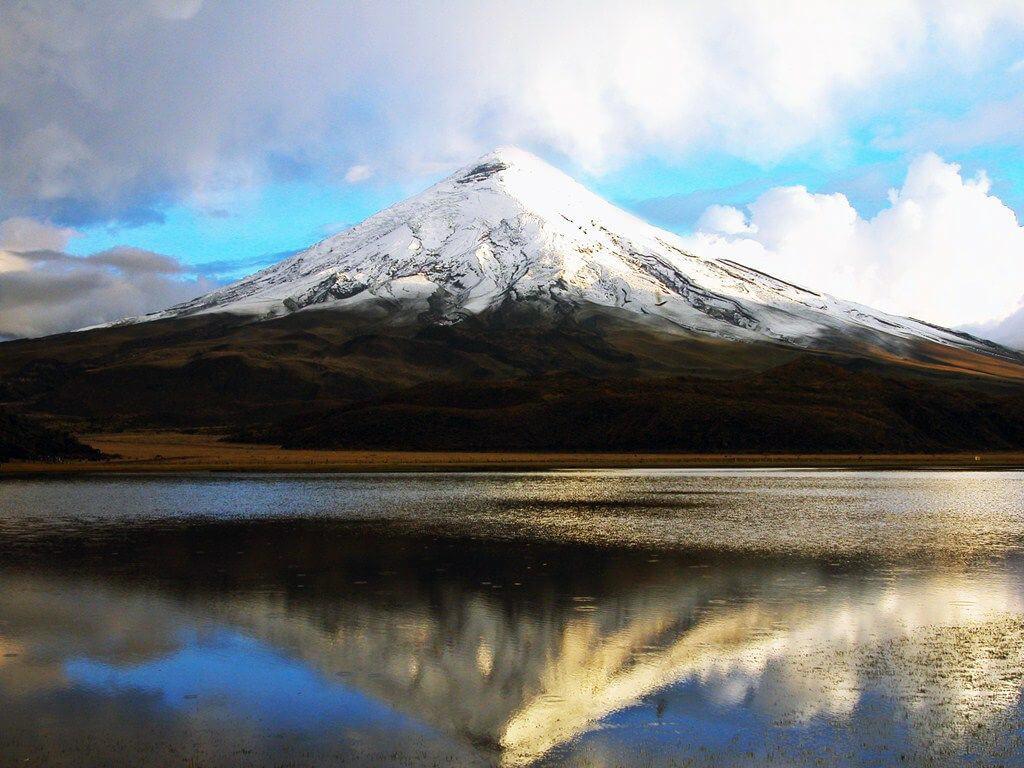 Yoga et méditation face au volcan Cotopaxi en Équateur